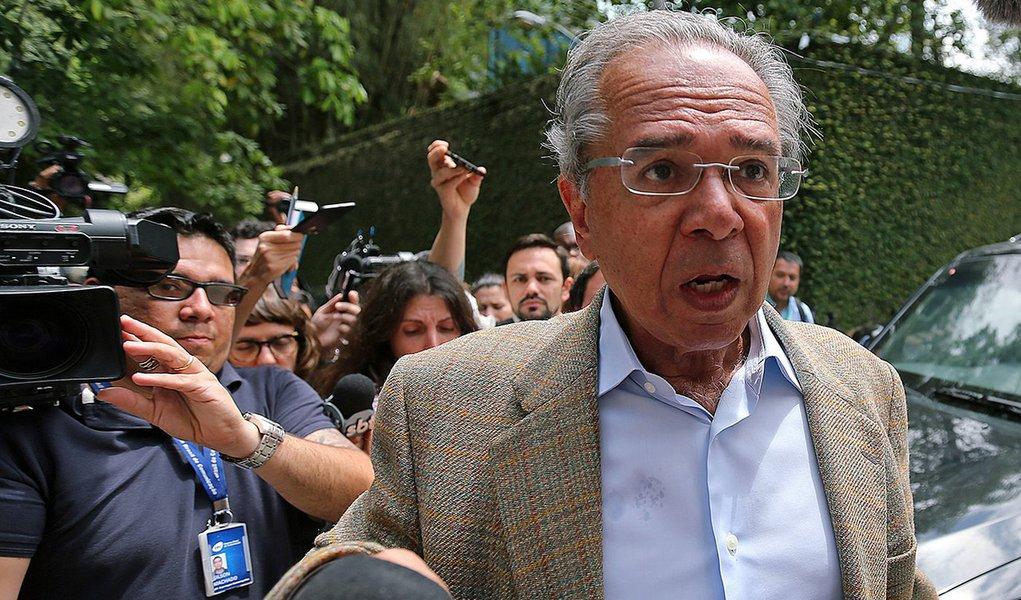 Investigado, Guedes vira refém de Moro