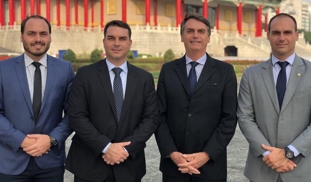Guerra interna de comunicação abre tensão entre filhos e Bolsonaro