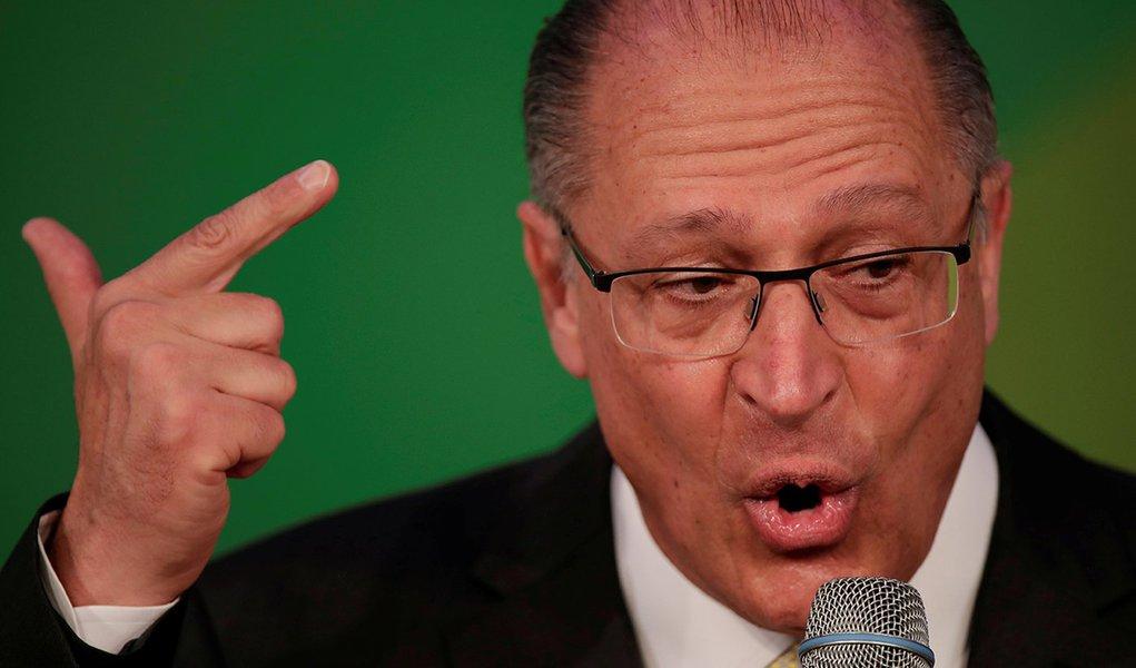 """Alckmin diz que ataque de Bolsonaro à Folha é """"acinte"""" à imprensa"""