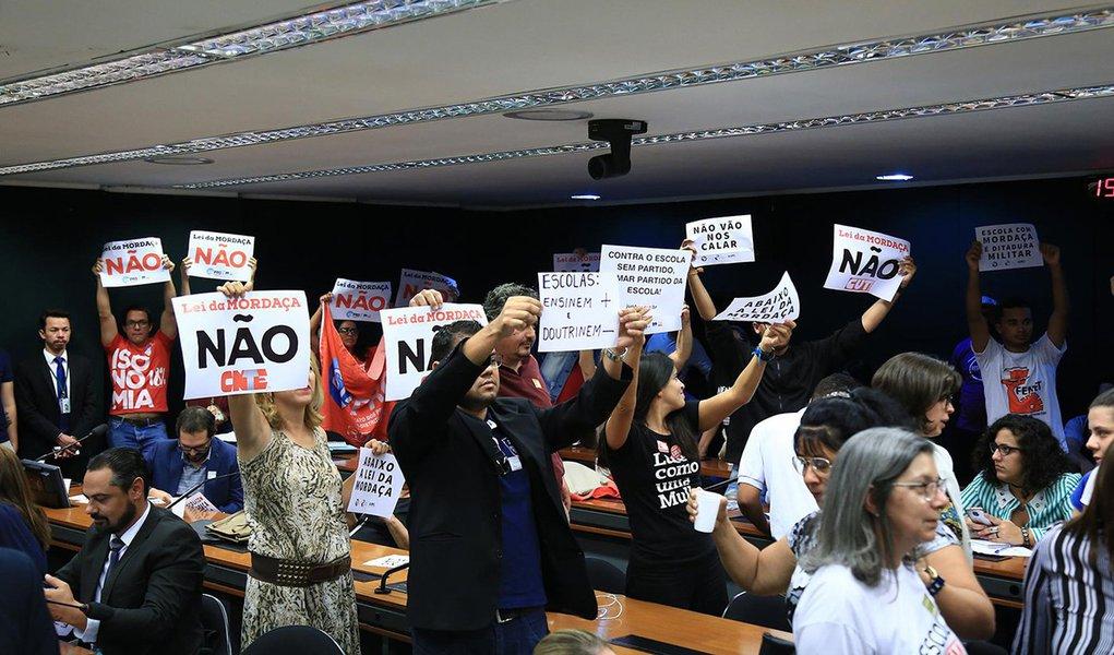 Oposição consegue adiar votação do projeto Escola Sem Partido