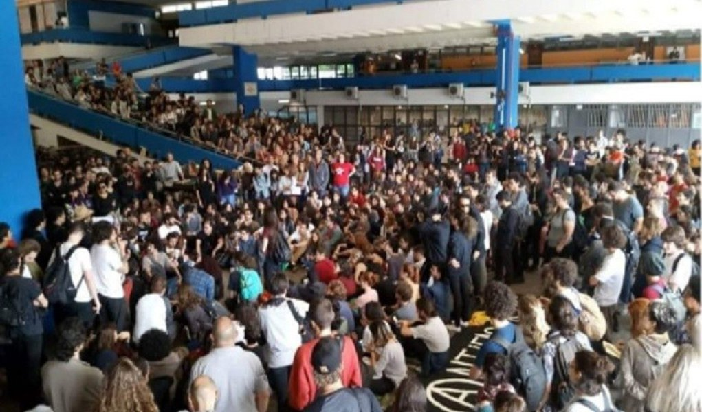 Após ameaças de bolsonaristas, antifascistas marcham na USP