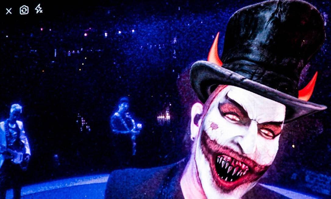 Brasil está prestes a trocar o carnaval por parada militar, diz Bono em show do U2