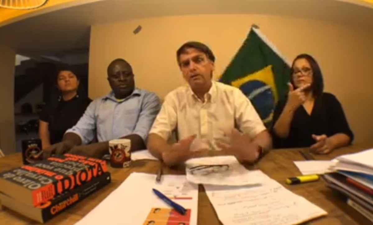 Bandeira do Brasil cai de cenário durante vídeo de Bolsonaro