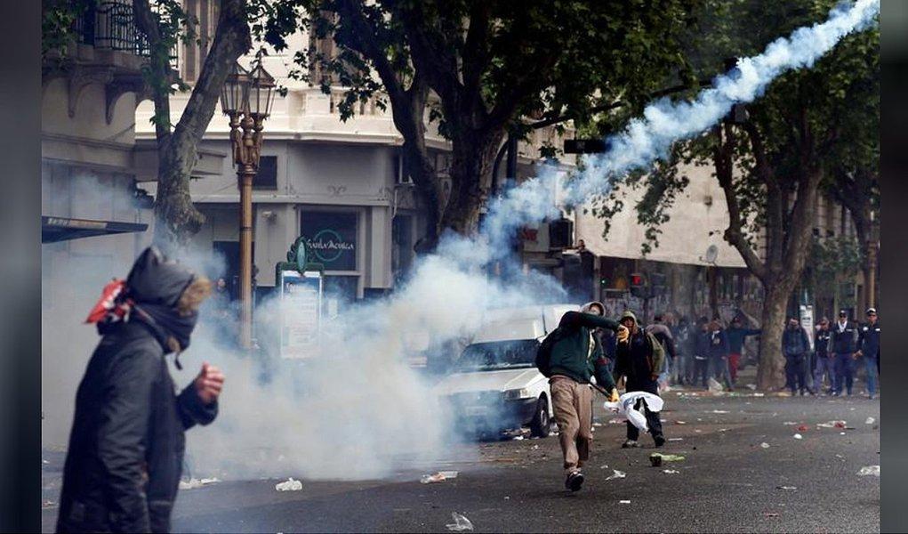 Polícia argentina dispara balas de borracha em manifestantes contrários a medidas de austeridade