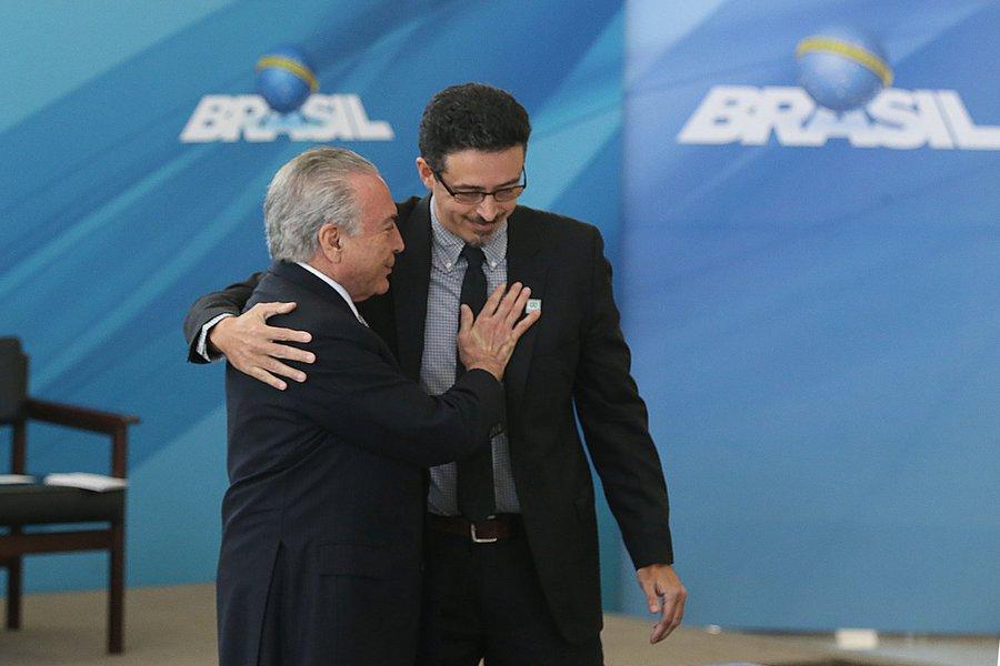Crítica ao modelo institucional brasileiro