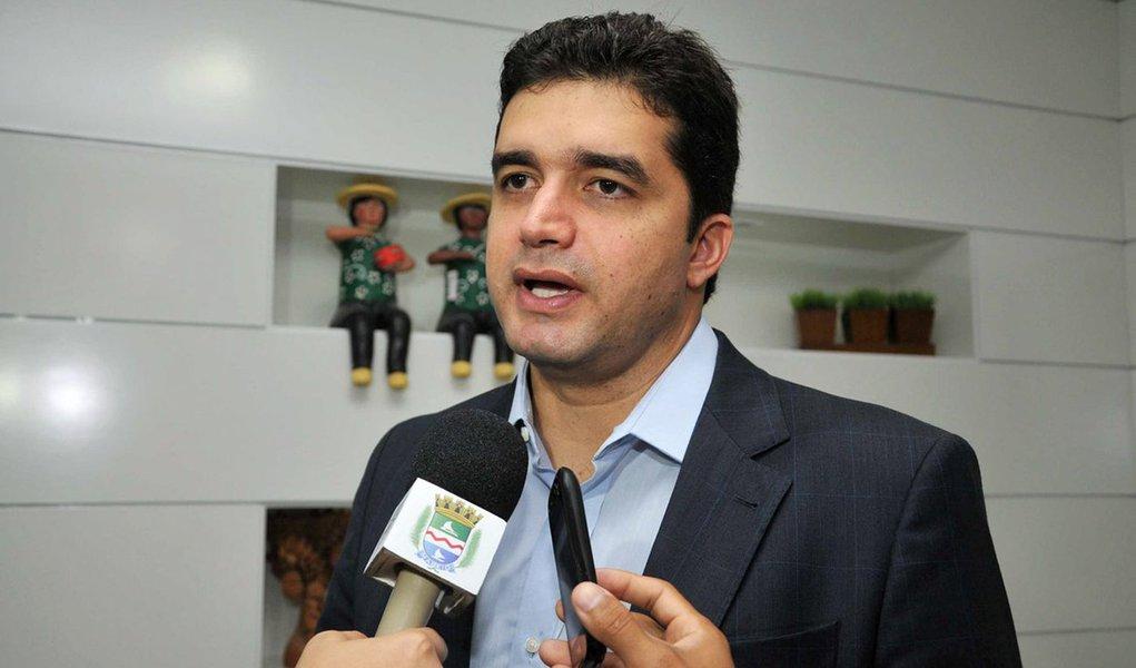 Rui silencia sobre uso da Prefeitura na campanha de Bolsonaro