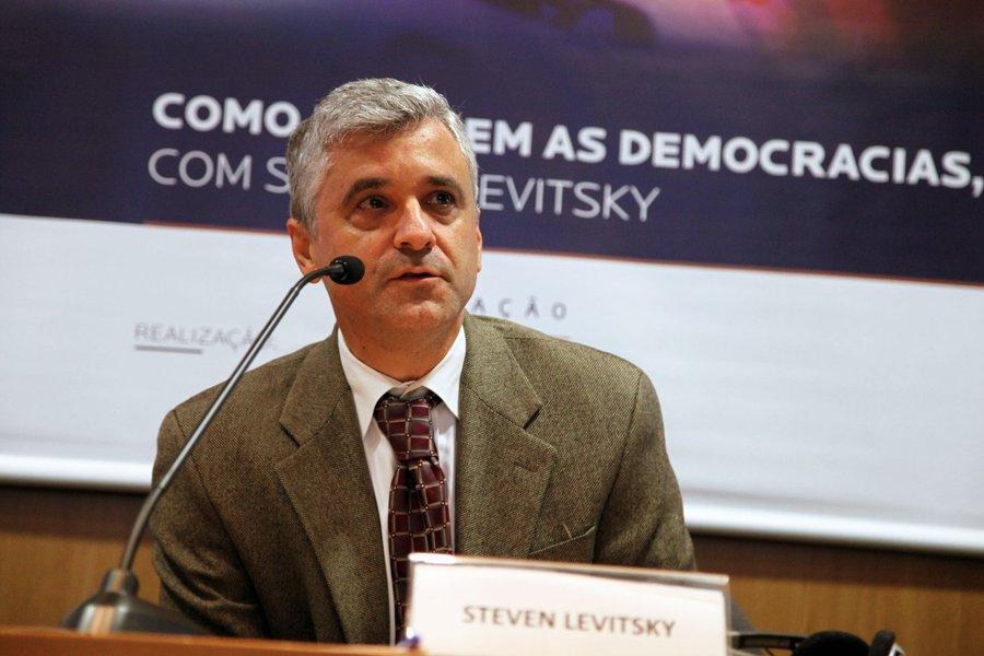 Bolsonaro pode acabar com a democracia, diz professor de Harvard