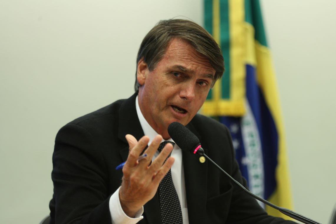 Brasil está sob grave risco de um 2º golpe com estética militar, diz cientista política