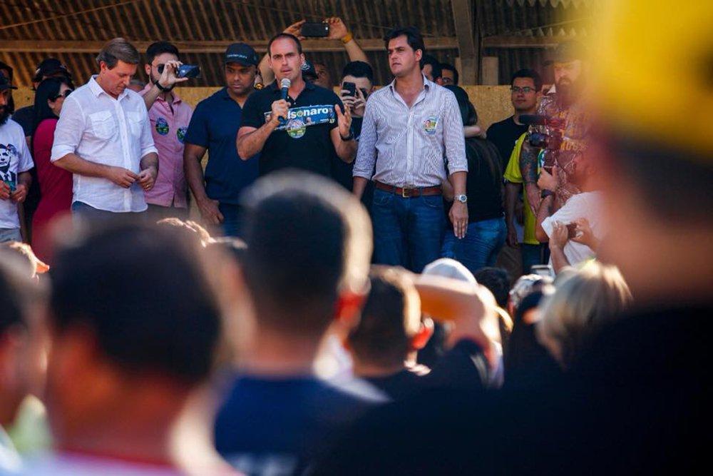 Em campanha, filho de Bolsonaro aluga o carro para ele mesmo