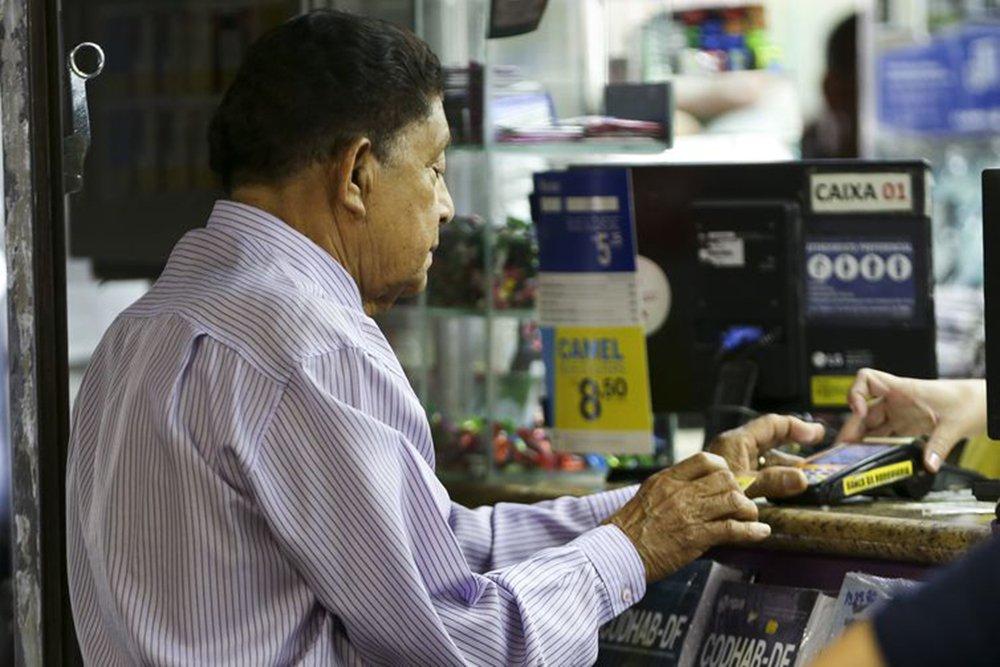 Recessão pós-golpe faz idosos adiarem saída do mercado de trabalho