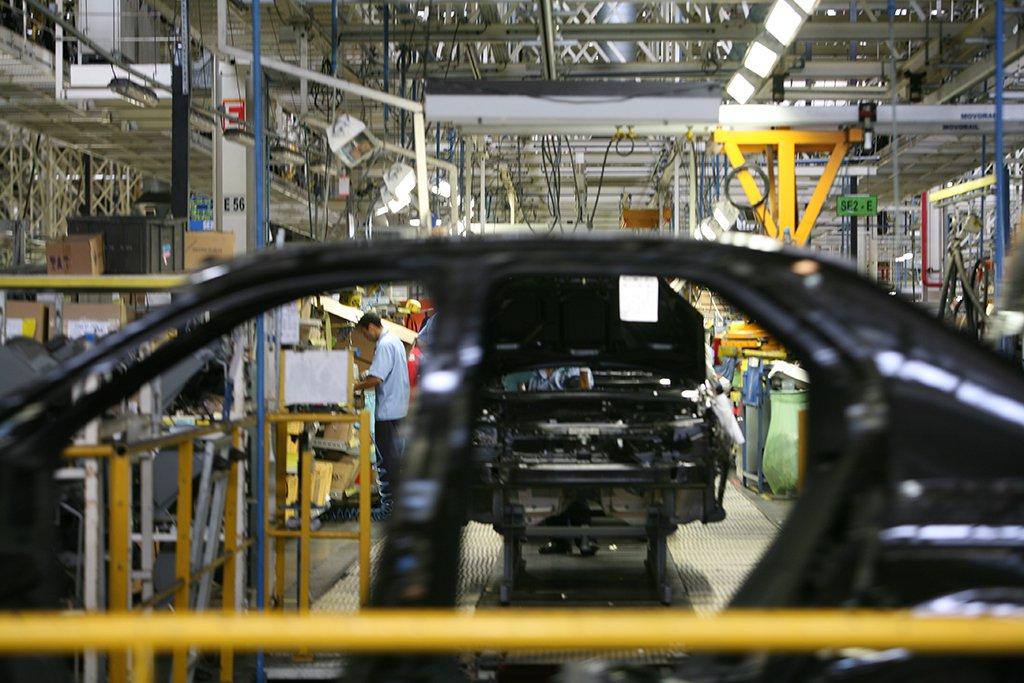 Produção industrial cai em agosto, diz IBGE