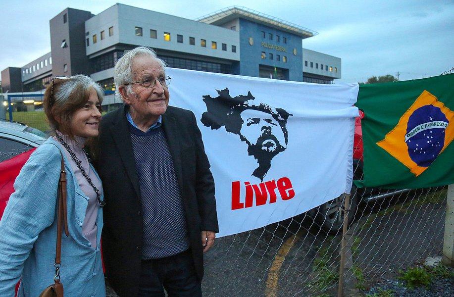 A íntegra do artigo de Noam Chomsky contra a prisão política de Lula