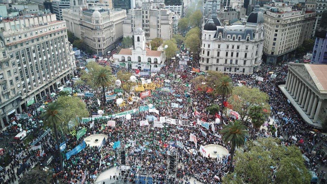 Povo argentino se mobiliza e faz greve geral. Macri zomba e lhe dá as costas
