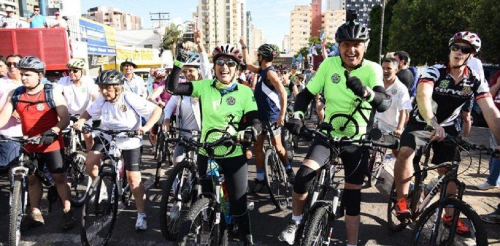 Caiado lidera passeio ciclístico na Capital