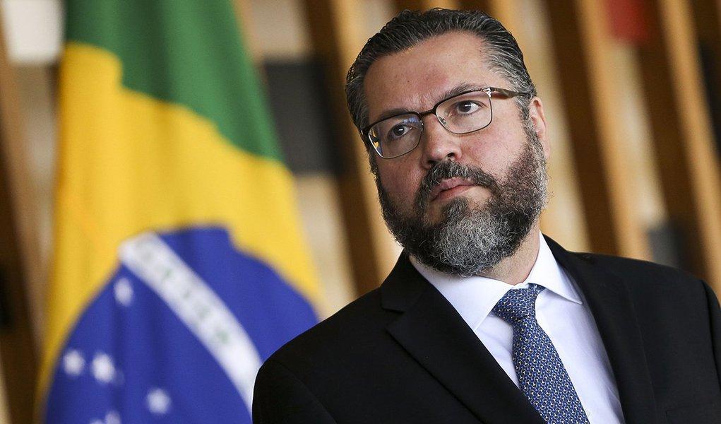 Chanceler de Bolsonaro é um capacho e incapaz para o cargo