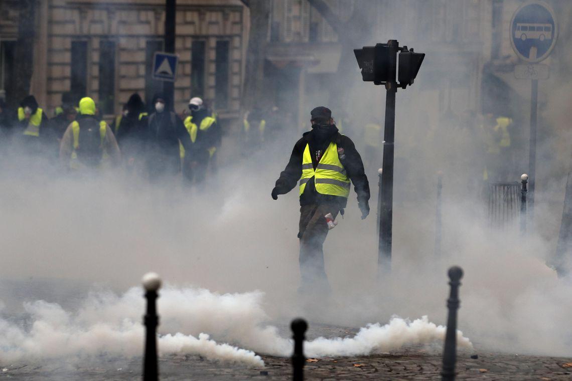 Novos protestos de coletes amarelos em Paris enfrentam repressão da polícia