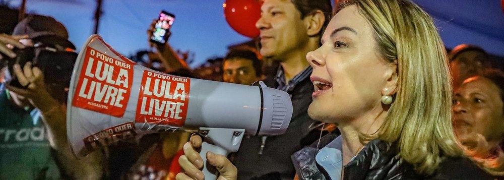 É correta a decisão do PT em não marcar presença na posse ilegítima de Jair Bolsonaro