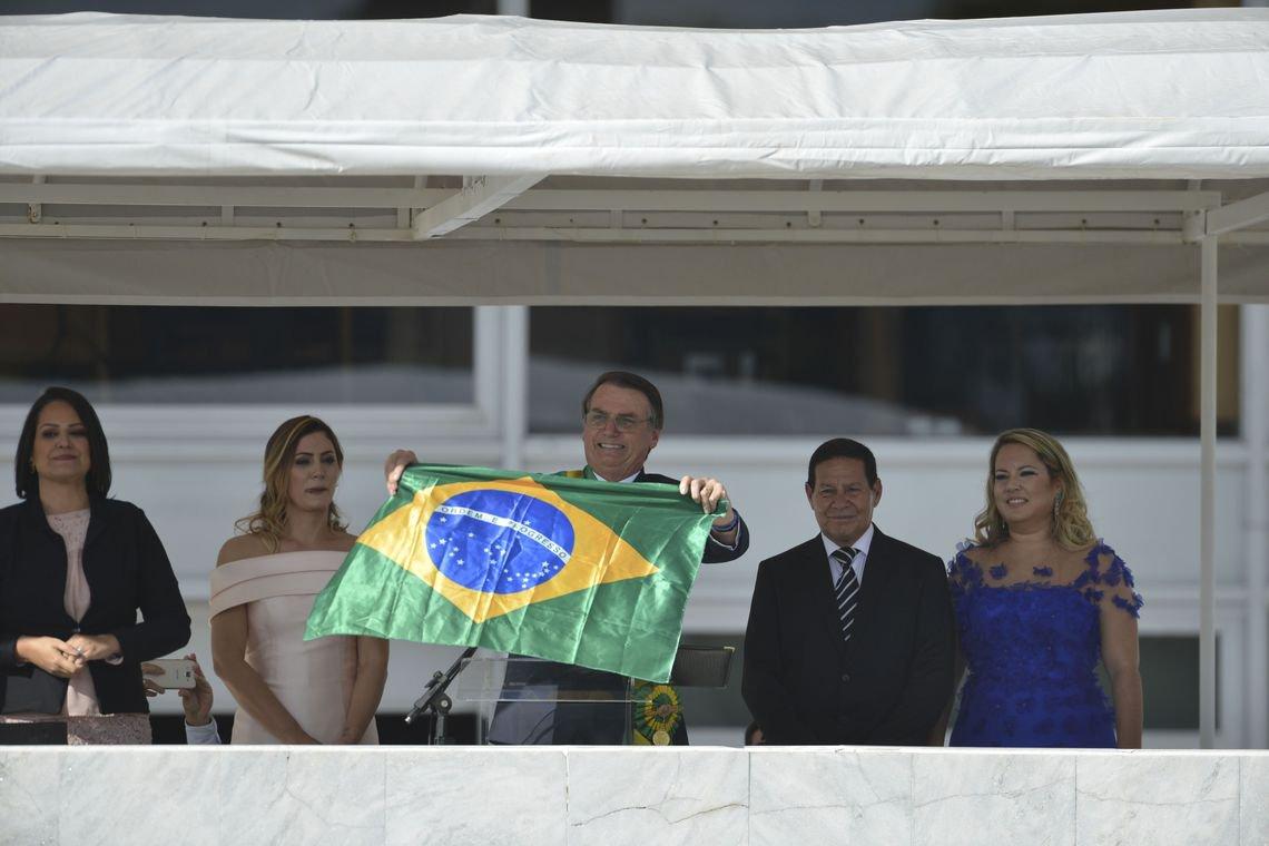"""Na primeira semana sem o """"socialismo"""", já viraram o Brasil de pernas para o ar"""