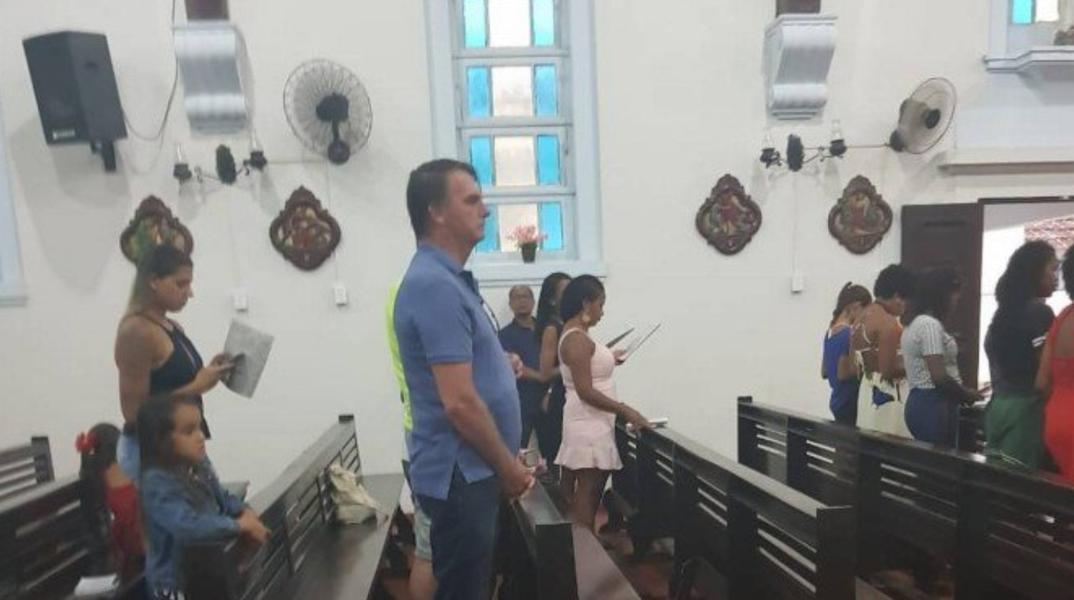 Bolsonaro passa Natal com a família e volta a afagar militares