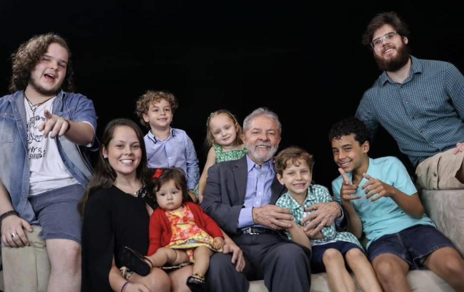 Nos manteremos firmes, unidos e de mãos dadas, dizem netos a Lula