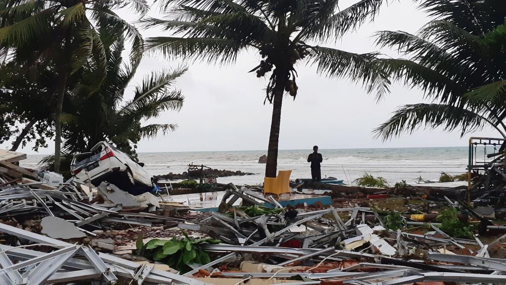 Número de mortos após tsunami na Indonésia sobe para 281