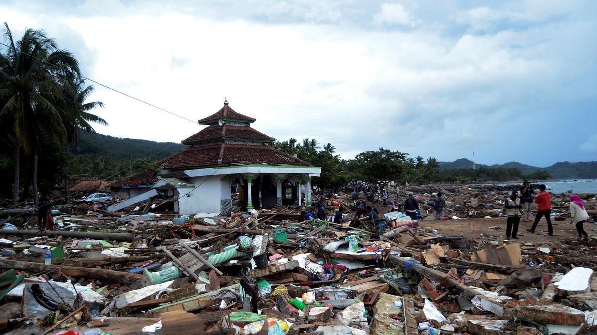Tsunami mata pelo menos 373 pessoas na Indonésia