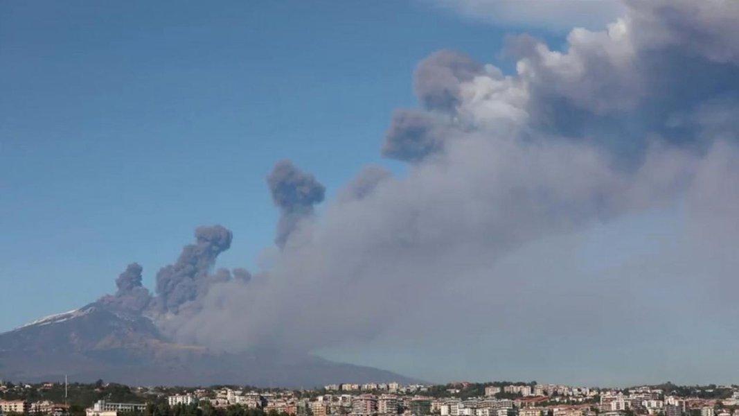 Maior vulcão da Europa, Monte Etna entra em erupção na Itália