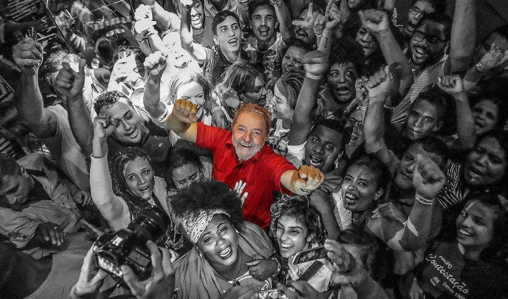 Sem direito a visita ou ceia no natal, Lula receberá calor humano de vigília