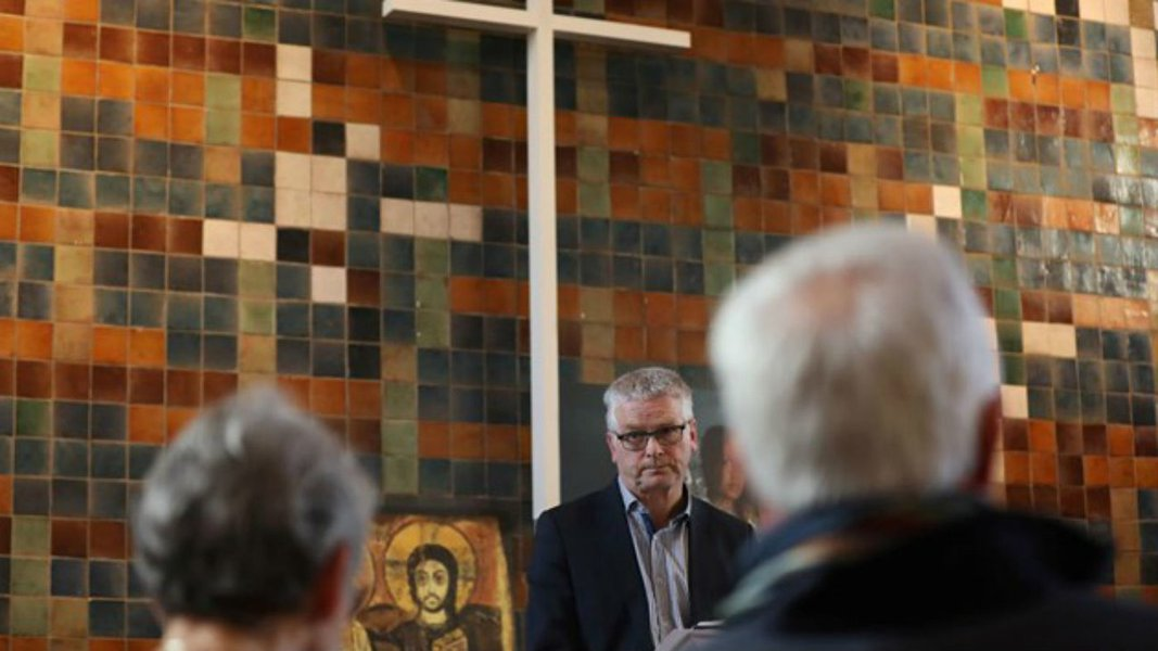 Missas de 24 horas impedem que policiais expulsem família de refugiados na Holanda