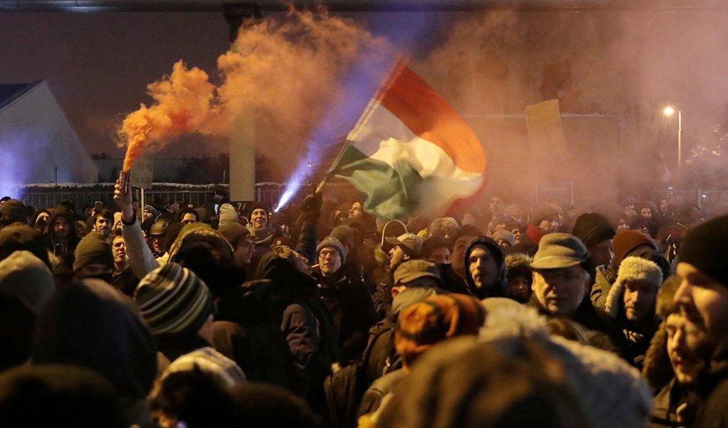Húngaros vão às ruas por liberdade de expressão e protestam contra seu Bolsonaro