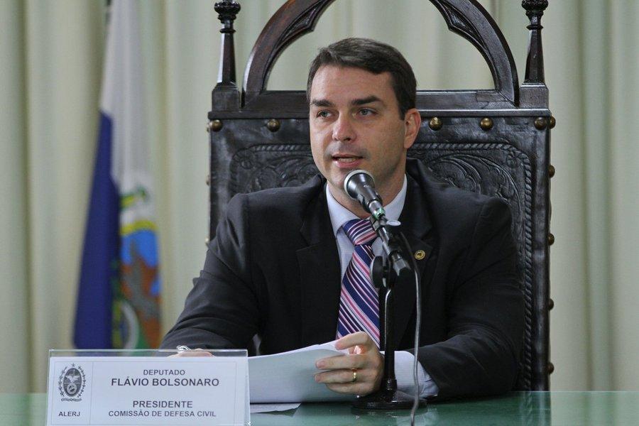Em entrevista chapa-branca, Flávio diz que foro não foi escolha sua