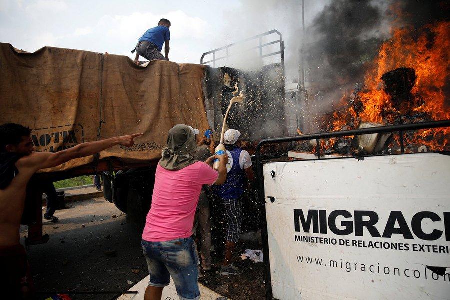 Ajuda humanitária à Venezuela foi queimada pela oposição e não pelas forças de Maduro