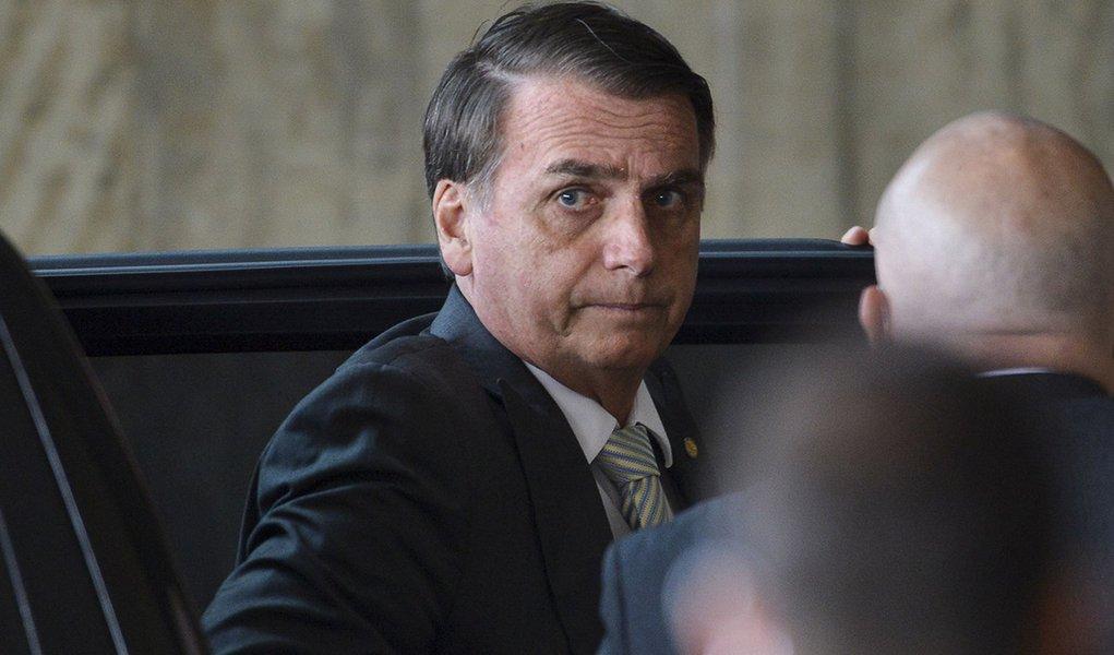 """Bolsonaro critica a """"velha política"""", mas pratica a política podre"""