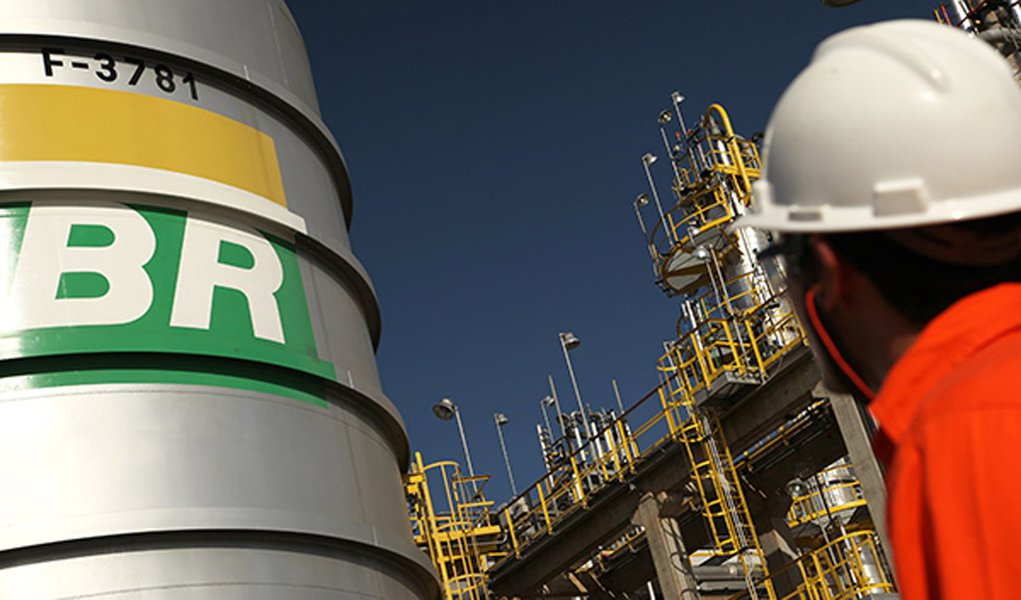 Privatização das refinarias pode aumentar valor do combustível, refletindo em alimentos e transporte