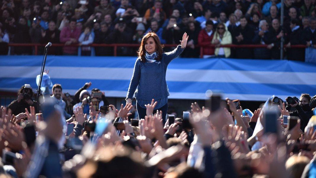 Rejeitado no mundo, Bolsonaro ajuda Cristina Kirchner