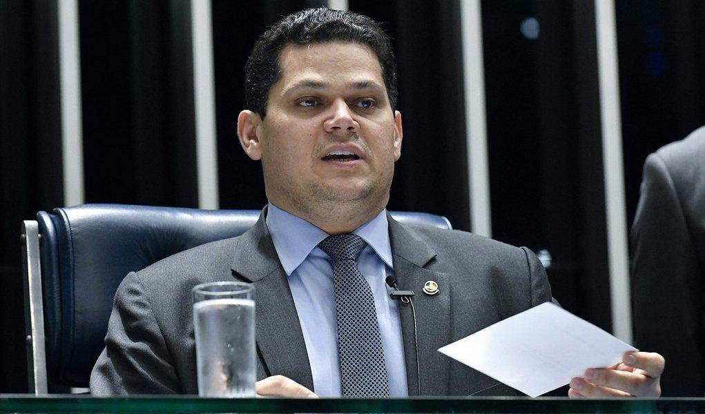 Após reunião com líderes, Alcolumbre define comando das comissões permanentes