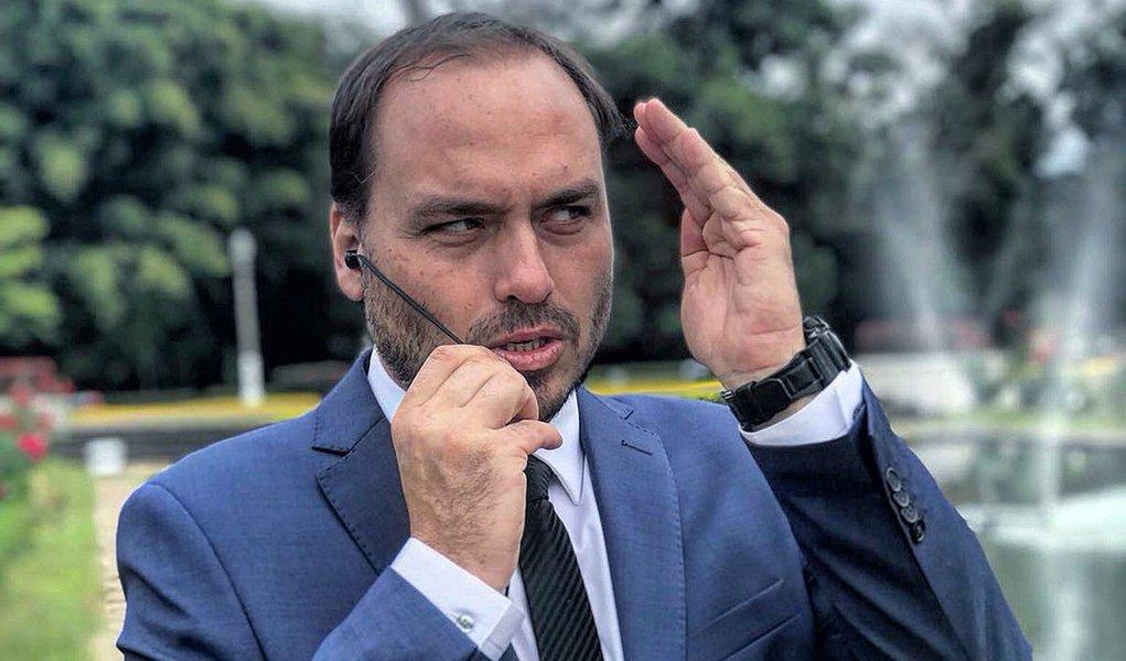 Vereador, Carlos Bolsonaro admite que trabalha no Planalto e critica comunicação do governo
