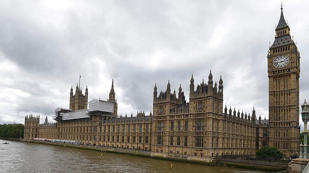 Polícia investiga pacote suspeito perto do parlamento britânico