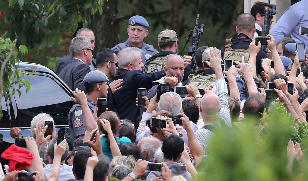 Fora da cela, Lula mostrou a falta que faz ao país