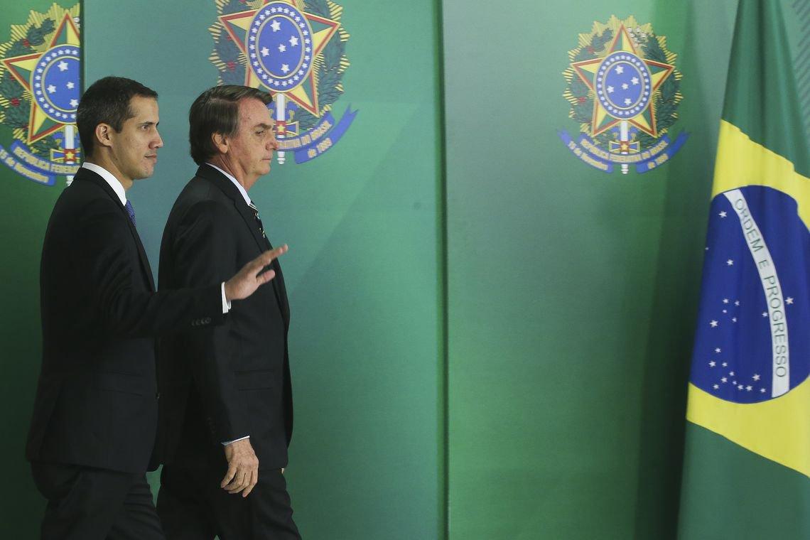 Após fracasso com 'ajuda', Guaidó fala em 'relação positiva' com Brasil
