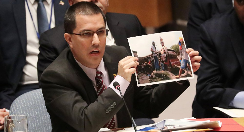 Arreaza diz que cargas de 'ajuda humanitária' continham material para 'fabricar armas'
