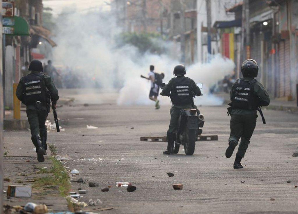 Governo brasileiro negocia com militares venezuelanos para baixar tensão