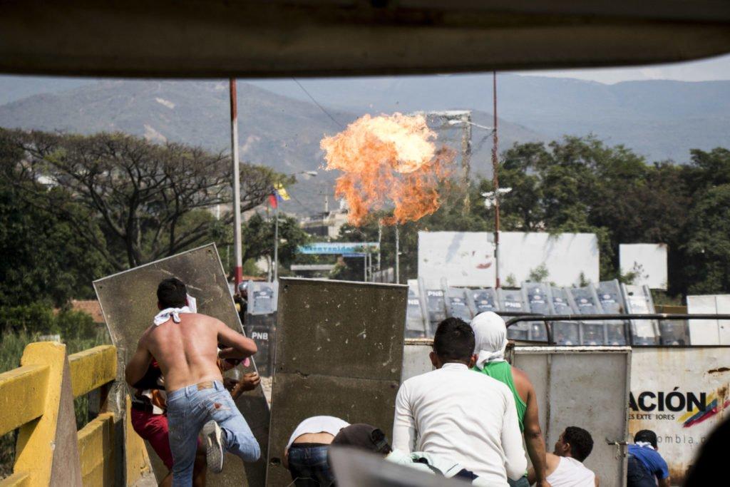Confronto na fronteira da Colômbia com Venezuela deixou 285 feridos