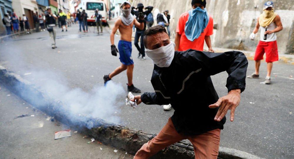 Manifestantes e militares venezuelanos se enfrentam na fronteira com a Colômbia