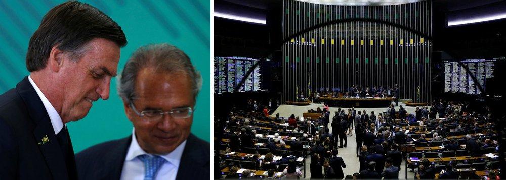 Bolsonaro vai ao Congresso para acabar com aposentadoria integral