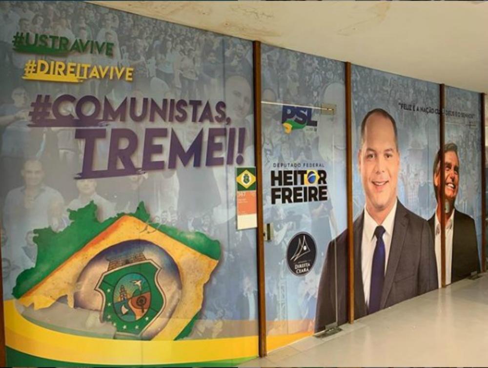 Heitor Freire, do PSL, reveste gabinete com as frases 'Ustra vive' e 'Comunistas, tremei'