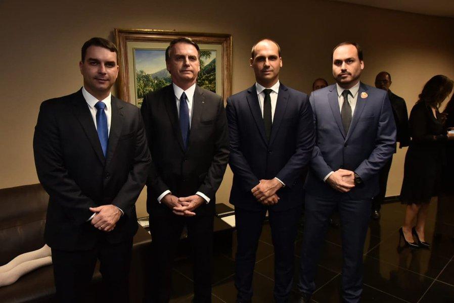 """Corrupção do clã deve ser """"muito grave"""" para Bolsonaro promover autogolpe, diz Eliane Brum"""
