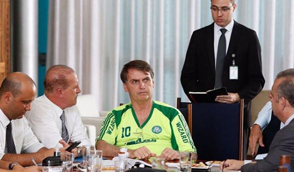 Bolsonaro usa camisa falsificada do Palmeiras em reunião sobre Previdência