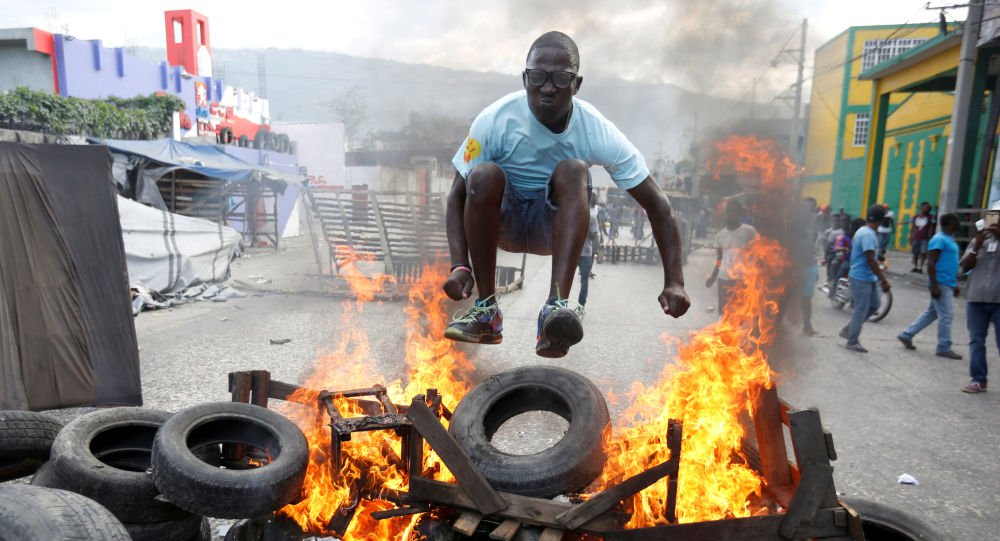 Haitianos queimam bandeira americana e pedem ajuda à Rússia