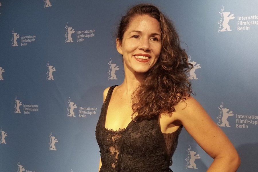 Diretora brasileira ganha prêmio no Festival de Berlim e protesta contra governo Bolsonaro
